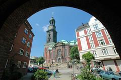 Blick von der Wincklerstaße durch einen Torbogen auf die Hauptkirche St. Michaelis in der Hamburger Neustadt.