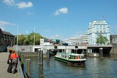 Fotos aus dem Hamburger Stadtteil Neustadt, Bezirk Hamburg Mitte; Schaartorschleuse am Alsterfleet - ein Fahrgastschiff fährt Richtung Binnenhafen. (2006)