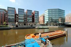 Fotos aus dem Hamburger Stadtteil Neustadt, Bezirk Hamburg Mitte; Schuten im Alsterfleet - Neubauten am Fleetufer / Admiralitätsstraße (2006).