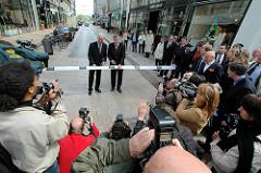 Einweihung der umgestalteten Hamburger Einkaufsstraße Neuer Wall als  Business Improvement District BID; Bürgermeister Ole v. Beust und Senator für Stadtentwicklung und Umwelt Michael Freytag bei Zerschneidung des Einweihungbändsels.