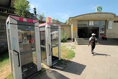 Bilder aus dem Hamburger Stadtteil St. Georg, Bezirk Mitte. Telefonzellen und Eingang zur Haltestelle Berliner Tor. (2006)