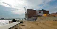 Blick vom Strandhafen an der  Norderelbe Hamburgs zum Kaispeicher A; die Aufschüttung des Geländes / Bauvorbereiungen haben begonnen. ( 2006 )
