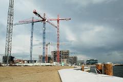 Neu gestaltete Kaimauer am Grasbrookhafen, Baustelle am Dalmannkai, re. die Marco-Polo-Terrassen und lks. im Hintergrund Neubauten am Sandtorkai.  (2006)