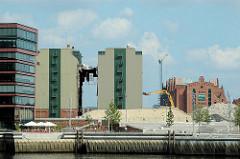 Blick zu den Magellan Terrassen am Hamburger Sandtorhafen - Abriss der Kaffeelagerei am Brooktorkai - re. das historische Gebäude vom Kaispeicher B am Magdeburger Hafen / Brooktorhafen. (2006)