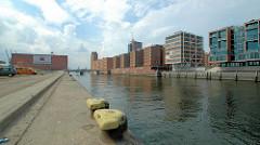 Eisenpoller am Kaiserkai; Blick über den Hamburger Sandtorhafen - Bürogebäude am Sandtorkai, Gebäude vom Kaispeicher am Kaiserhöft. (2006)