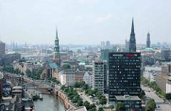 Blick über den Zollkanal und die Hamburger Altstadt mit den Kirchtürmen der St. Katharinenkirche und der St. Nikolaikirche - re. im Hintergrund die St. Michaeliskirche in der Neustadt Hamburgs. Im Vordergrund die Spiegelhochhäuser am Dovenfleet.