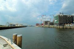 Baustelle der Maro Polo Terrassen am Grasbrookhafen in der Hamburger Hafencity; Baukräne am Dalmannkai - lks. der Hübenerkai. (2006)