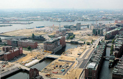 Luftaufnahme von den Baustellen in der Hafencity Hamburgs -im Vordergrund der Ericusgraben / Brooktorhafen, dahinter der Magdeburger Hafen mit dem Kaispeicher B. ( 2006 )