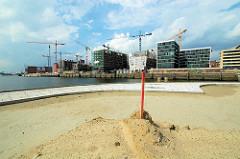 Baustelle der Maro Polo Terrassen am Grasbrookhafen in der Hamburger Hafencity; Baukräne am Dalmannkai. (2006)