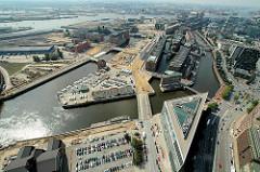 Luftaufnahme von dem Hamburger Stadtteil Hafencity und der Speicherstadt - in der Bildmitte die Ericusspitze; re. der Zollkanal, lks. der Ericusgraben. (2006)