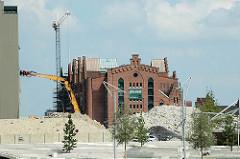 Bilder aus dem entstehenden Hamburger Stadtteil Hafencity - Blick über die Magellan-Terrassen zum Kaispeicher B am Magdeburger Hafen. (2006)