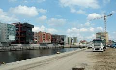 Blick vom Kaiserkai über den Sandtorhafen zu den Neubauten am Sandtorkai - im Hintegrund hat der Abriss der Kaffeelagerei begonnen, dahinter der Kaispeicher B am Magdeburger Hafen. (2006)