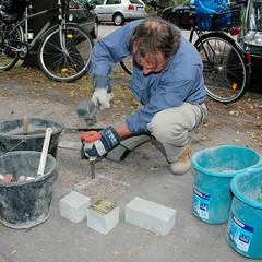 Stolpersteinverlegung durch den Künstler  Gunter Demnig in Hamburg Winterhude.