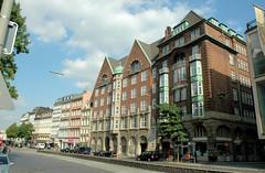 Fotos aus der Dammtorstraße in der Hamburger Neustadt - Innenstadt. Architektur in der Dammtorstrasse; im Bildzentrum das Backstein Gebäude der ehem. Hamburger Oberschuldirektion, dessen Architekt der Hamburger Oberbaudirektor Fritz Schumacher war.