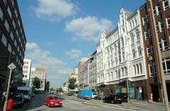 Fotos aus der Dammtorstraße in der Hamburger Neustadt - Innenstadt. Blick vom Gänsemarkt in die Dammtorstraße - re. das weisse Wohn- und Geschäftshaus im Baustil der Gründerzeit - errichtet 1881, Architekt Adolf Heim, 09/2006.