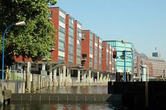 Fotos aus dem Hamburger Stadtteil Neustadt, Bezirk Hamburg Mitte; Blick durch die Schaartorschleuse auf Neubauten am Alsterfleet. (2006)