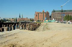 Baustelle der Elbarkaden am Magdeburger Hafen in der Hamburger Hafencity - im Hintergrund Kaispeicher B und die Hamburger Speicherstadt.