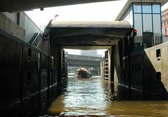 Fotos aus dem Hamburger Stadtteil Neustadt, Bezirk Hamburg Mitte; das Schleusentor der Schaartorschleuse ist zum Alsterfleet geöffnet - ein Fahrgastschiff fährt ein. (2006)