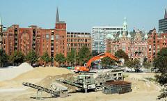 Baustelle in der Hamburger Speicherstadt / Hafencity; im Hintergrund Speichergebäude und Verwaltungsgebäude der HHLA bei St. Annen. (2006)