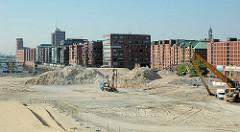 Blick über die Baustelle am Sandtorkai zum Sandtorhafen - Neubauten in Speichergebäude der Hamburger Speicherstadt. (2006)