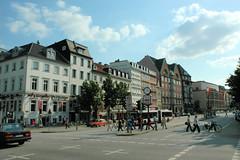 Fotos aus der Dammtorstraße in der Hamburger Neustadt - Innenstadt. Blick in die Dammtorstrasse 08/2005; lks. mündet die Esplanade, re. der Gorch-Fock-Wall.