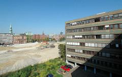 Blick vom  Gebäude des Amts für Strom und Hafenbau auf die Brachfläche, die für den Bau des Überseequartiers vorbereitet wird; im Hintergrund Speichergebäude am Sandtorkai. (2006)