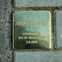 Stolpersteinverlegung durch den Künstler  Gunter Demnig in Hamburg Winterhude. Stolperstein in der Geibelstraße - Hier wohnte August Schmidt, JG. 1884 - Gestapohaft - Tot an den Haftfolgen 3.81939.