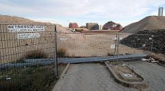 Abgeschlossener Abriss des Lagergebäudes / Betriebsgebäude der Kaffeelagerei am Sandtorkai / Brooktorkai; im Hintergrund die Gebäude vom Amt für Strom- und Hafenbau und der Kaispeicher B am Magdeburger Hafen (2006)