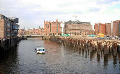 Fotos aus dem Hamburger Hafen / Hafencity; Kaispeicher B / Verwaltungsgebäude im Magdeburger Hafen, Stahlsäulen im Wasser. ( 2006 )