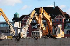 Abriss des moderne Anbaus vom Gebäude des Amts für Strom- und Hafenbau in der Hamburger Hafencity - Abbruchbagger + Schaufelbagger. (2006)