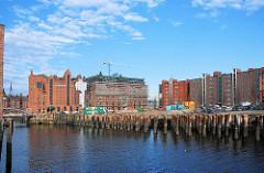 Hafenbecken Magdeburger Hafen in der Hamburger Hafencity - ein Lagerhaus, das auf Eisenstelzen stand wurde abgerissen; die Eisenpfähle sind noch ins Wasser gerammt. - im Hintergrund der Kaispeicher B und Kontorhäuser.