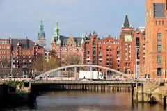 Blick zur Magdeburger Brücke über den Magdeburger Hafen - im Hintergrund die Hamburger Speicherstadt.