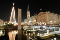 Blick über die Kleine Alster zur Lichtertanne und dem Weihnachtsmarkt auf dem Hamburger Rathausplatz.