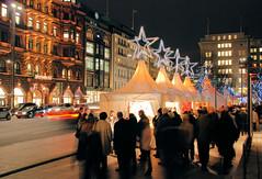 Weihnachtsmarkt mit Zelten / Sternen auf dem Hamburger Jungfernstieg.