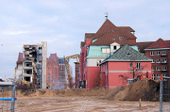 Gebäude des Amts für Strom- und Hafenbau in der Hamburger Hafencity - der moderne Anbau lks. wird abgerissen - in der Bildmitte der Kaispeicher B am Magdeburger Hafen. ( 2006 )