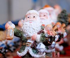 Weihnachtsschmuck / Weihnachtsmänner  auf den Hamburger Weihnachtsmärkten in der Innenstadt (2006).