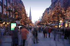 Straßenbäume mit Lichterketten geschmückt - Mönckebergstraße in der Hamburger City.