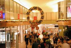 Festlich geschmückte Einkaufspassage in der Hamburger Innenstadt.