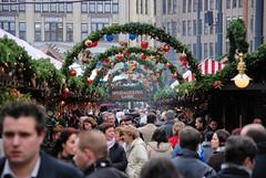 Besucher auf einem Weihnachtsmarkt in der Hamburger Innenstadt.