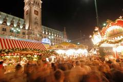 Besucheransturm auf den Weihnachtsmarkt vom Hamburger Rathausplatz.