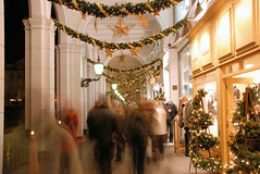 Passanten in den weihnachtlich geschmückten Alsterarkaden in der Hamburger Innenstadt.