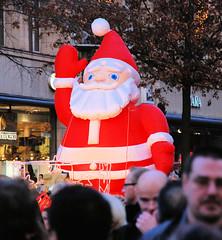 Aufblasbare Plastikfigur / Weihnachtsmann auf der Hamburger Mönckebergstraße.-