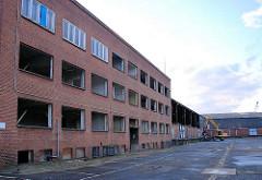Abriss eines Verwaltungsgebäudes an der Versmannstrasse / Versmannkai am Hamburger Baakenhafen.