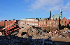 Schuttberge vom abgerissenen Amt für Strom und Hafenbau - Förderband; Gebäude am Sandtorkai und Kirchtürme der Nikolaikirche / Katharinenkirche. ( 2007 )