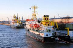 Die Forschungsschiffe GAUSS und Komet haben am Kirchenpauerkai im Hamburger Hafen festgemacht.