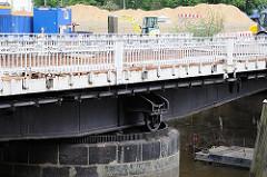 Laufrad und Geländer der Drehbrücke über den Ericusgraben - Fotos aus dem Hamburger Stadtteil Hafencity.