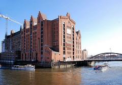 Blick über den Brooktorhafen zum Magdeburger Hafen - Gebäude vom Kaispeicher B; Barkassen der Hafenrundfahrt auf ihrem Törn durch den Hamburger Hafen. ( 2007 )