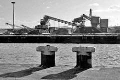 Eisenpoller am Versmannkai - Blick über den Baakenhafen zum Petersenkai - Förderanlagen für Baustoffe.