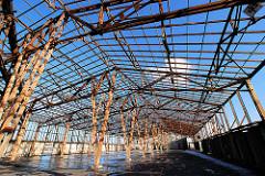 Abriss eines Speichergebäudes am Versmannkai im Baakenhafen, freistehende Holzkonstruktion; Fotos aus dem Hamburger Hafen.