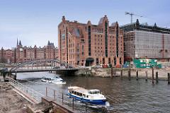 Blick über den Magdeburger Hafen zum Kaispeicher B -  während des Umbaus zum Maritimen Museum Hamburg, 2007; Barkassen der Hamburger Hafenrundfahrt auf ihrer Tour.